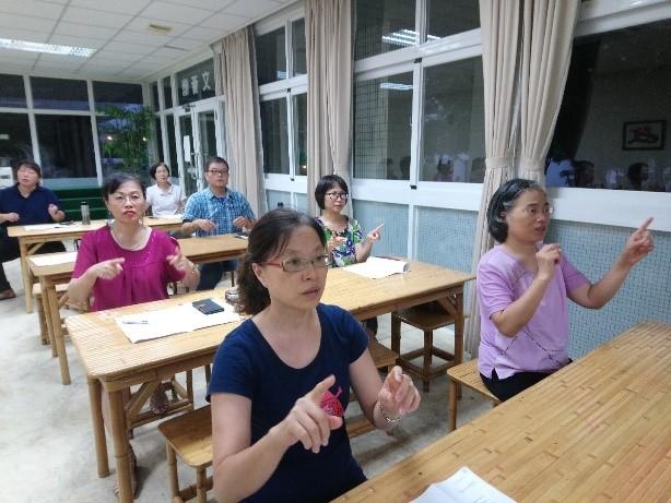 志工與同仁專注學習一般生活用手語