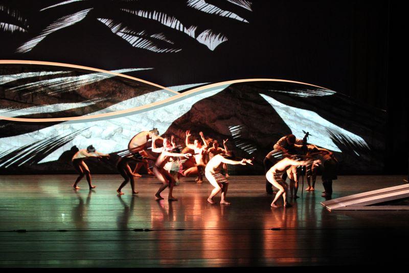 原舞者的舞作傾向於展現原住民身體的運作。圖為原舞者與國際編舞家布拉瑞揚‧帕格勒法共同製作的《Pu'ing.找路》、《浮島》。