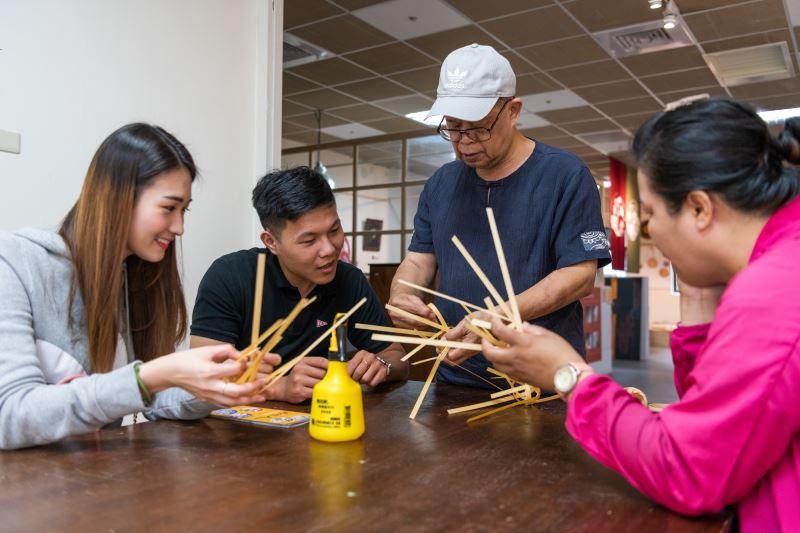 劉興澤老師於傳藝工坊帶民眾做竹編DIY