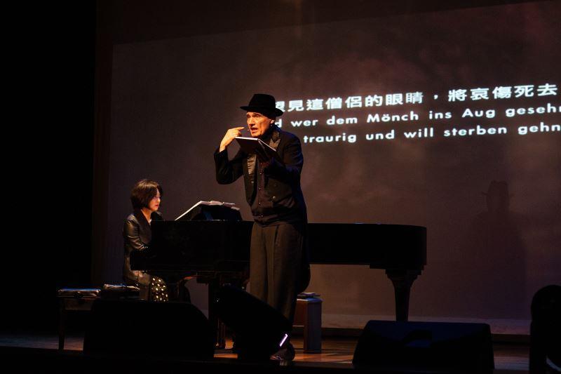魏樂富(右)與葉綠娜以樂曲演繹二二八受難者徐征故事