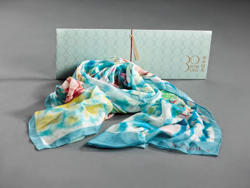 國美館以典藏作品袁旃《三人行必有我師》開發30周年典藏絲巾