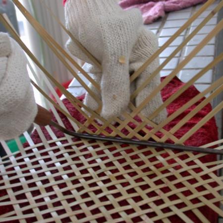 01彎曲時可用手慢慢折彎或用加熱鐵棒加熱後再逐漸將竹篾慢慢折彎,不可一次以90度角直接折彎