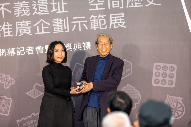 政治受難者蔡焜霖頒發「濟州獎」,左為得獎創作者張綺君