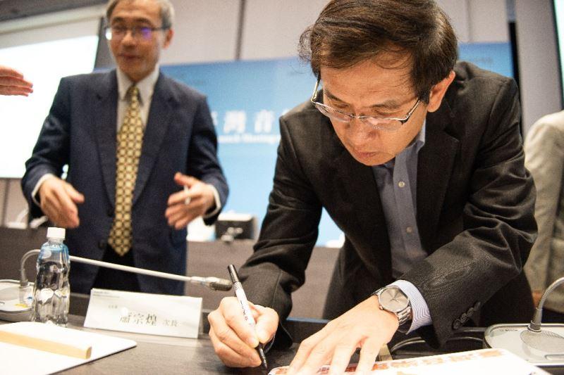 臺灣音樂館館主任翁誌聰於「臺灣音樂策略聯盟」名牌上簽名。