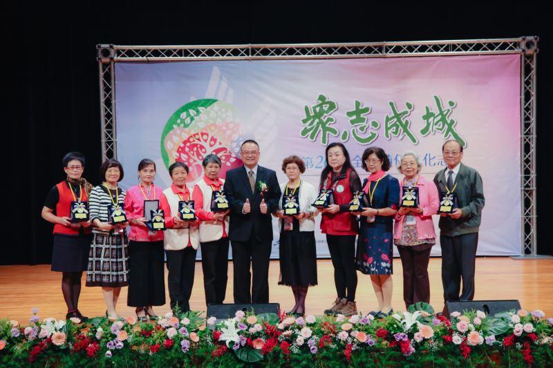 蕭宗煌次長與第26屆全國績優文化志工-金質獎得主合影