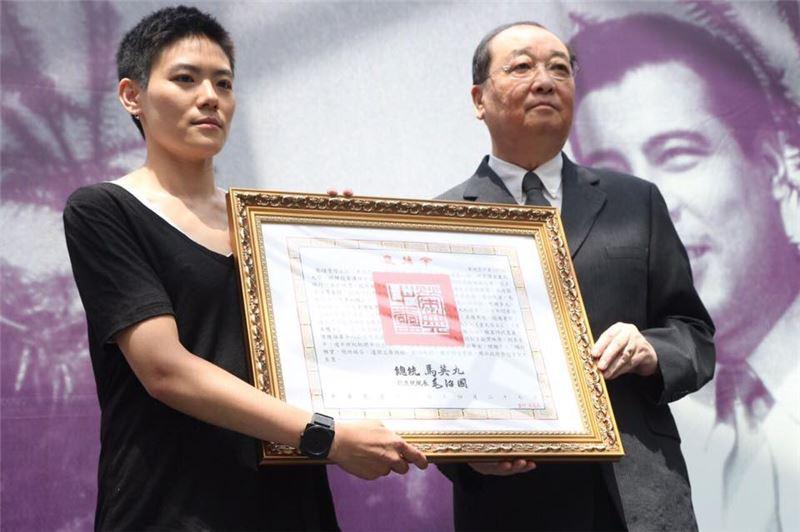 洪孟啟部長代表頒贈總統褒揚令予家屬
