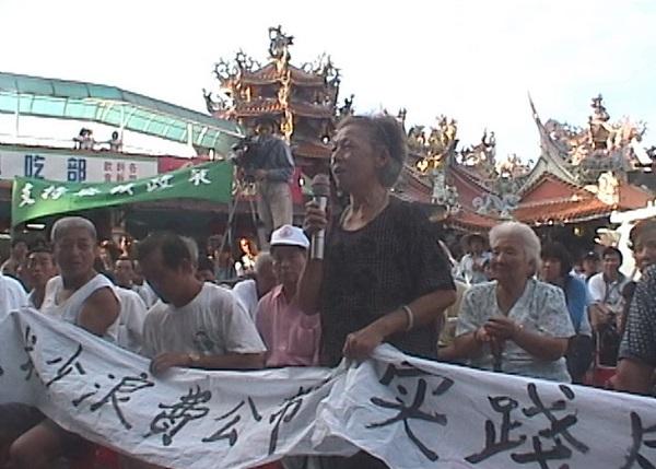一個年輕船員在等候出海的空檔,在小漁村參與了當地的反核抗爭運動,誰知一場意外將原本爭取公義的抗爭怒吼吞沒,二十六歲的他也隨之鋃鐺入獄,小小漁村更經歷前所未有的政治監控。