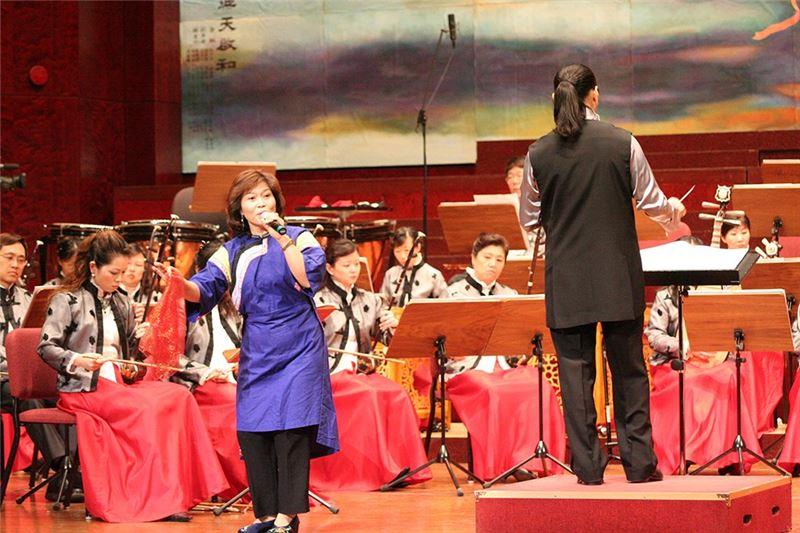 《客家風情畫》演出照片。指揮:瞿春泉 / 節目策劃主持:吳榮順 / 歌手:溫子梅。(2006)