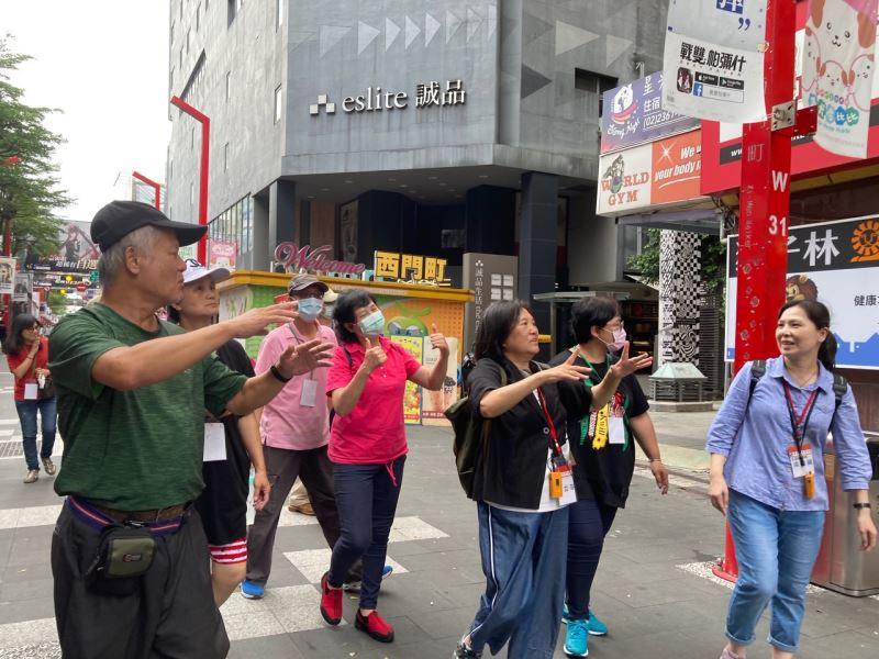 圖3_手語翻譯員丁立芬老師(右3)於西門町獅子林廣場,以手語解說東本願寺舊址裡的人權遭遇。