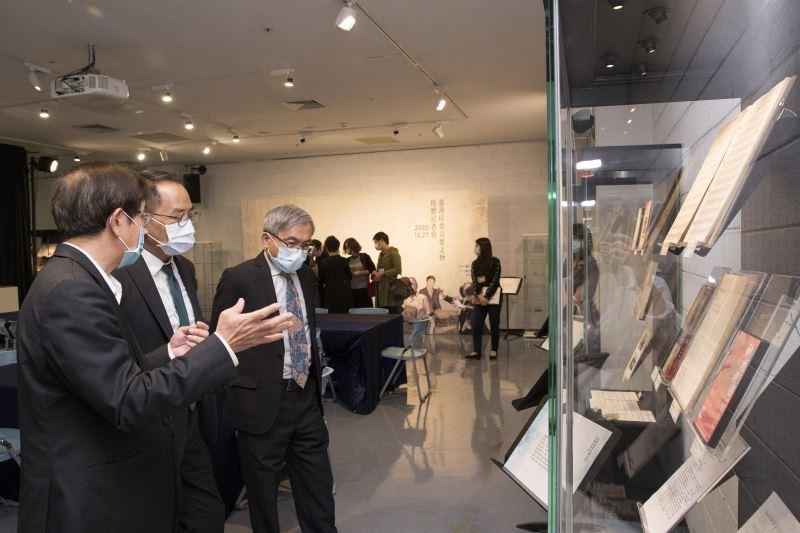 臺灣音樂館館主任翁誌聰(左)及國立傳統藝術中心主任陳濟民(右)向文化部次長彭俊亨介紹此次受贈入藏之音樂文物。