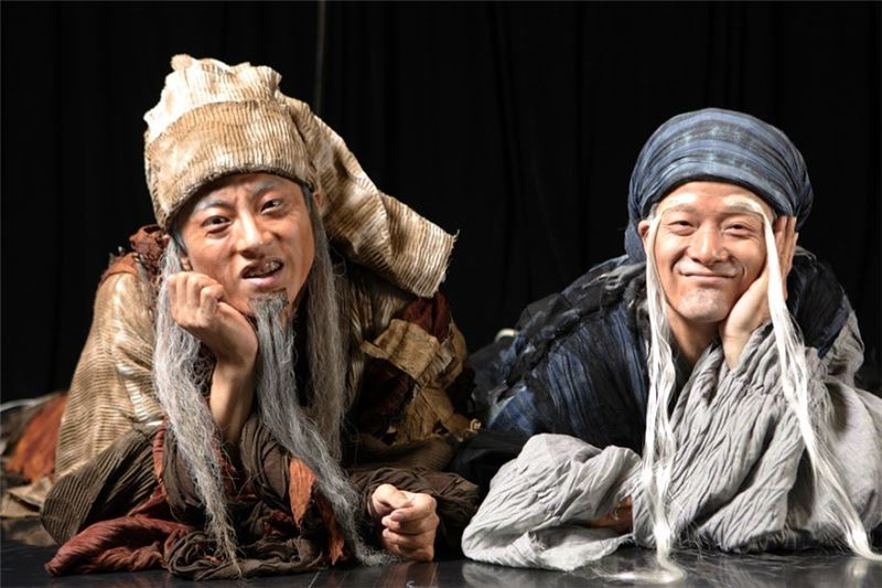 "A scene from "" Waiting for Godot""(2005). ( Wu Xing-guo as Fei Di-mi (Ti-ti) and Sheng Jian as Ai Tai-gang (Ku-ku)), (Taken by Guo Zheng-zhang)"