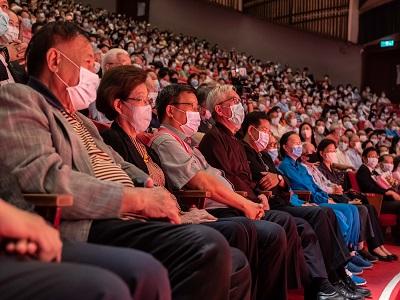國父紀念館梁永斐館長(左4)與貴賓及現場2千多位觀眾聆聽歌曲.