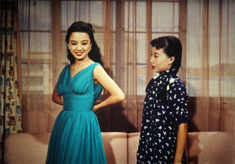 導演王天林乃九○年代港台票房大導王晶的父親,當年也因本片而成為華語影壇的歌舞片巨擘。此片乃愛情喜劇,亦摻雜不少歌舞片元素:敘事聚合朝向「一場成功歌舞之完成」或「一位歌星的誕生」:平日哼唱自娛的花店女孩,在一連串陰錯陽差之後,成為電視歌唱節目的女歌星,也搖身一變為男主角的欲望對象。