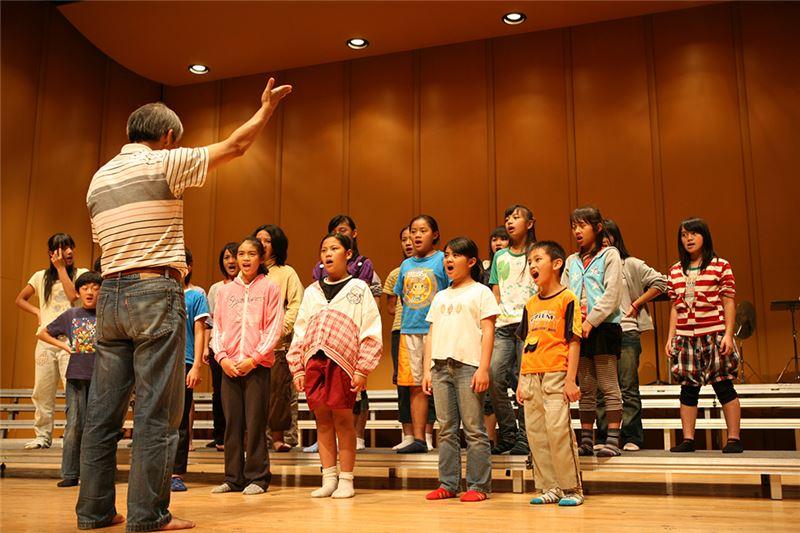 台灣南投縣信義鄉的東埔國小,是一所人數始終不滿百人的小學校。不懂五線譜、體育專科出身的校長馬彼得,在放學之後,帶領校內一群活潑可愛的原住民孩子,組成一個克難的小合唱團。同樣屬於布農族,孩子們都叫這位校長兼團長為「大頭目」。他們唱歌不按照歌譜、隨興變換聲部、也欠缺大城市的專業資源,但他們每次出門到大城市參加比賽,卻總是拿下全國冠軍,而他們奪冠之後最期盼的,是去山上所沒有的麥當勞……。最後,他們接下一個更加艱鉅的挑戰:灌錄一張唱片。面對專業又漫長的錄音過程,小朋友起初新鮮興奮,但慢慢出現疲憊;與此同時,山上部落裡家庭生活的艱難,也紛紛出現……。