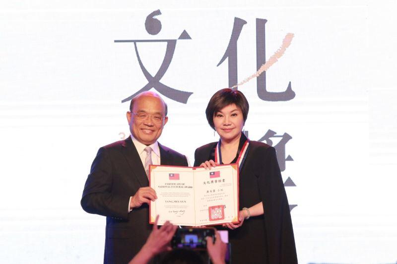 行政院長蘇貞昌親授文化獎章予本屆文化獎得主唐美雲女士