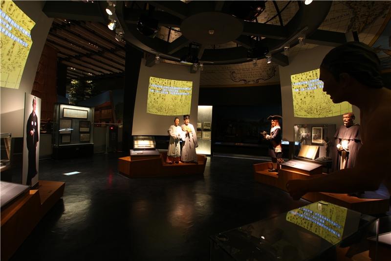 展場中以4面大型螢幕搭配人模組成的小劇場,呈現了漢人、西方人、日本人與平埔原住民的互動關係。