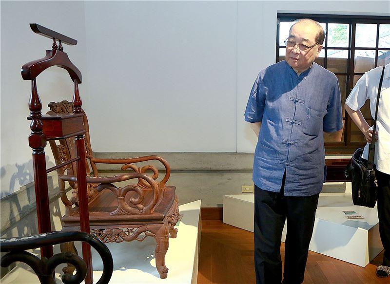 洪部長(右一)參與木藝生態博物館周邊文化地景導覽,圖內為大溪武德殿