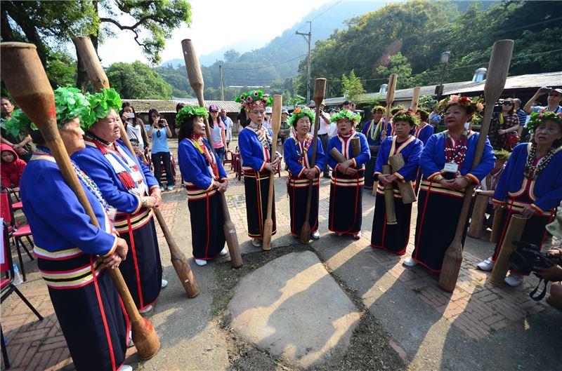杵歌和杵音是邵族最具代表性的音樂,源於收成時,婦女們用木樁在石塊上槌打稻穗,聲響此起彼落,發展成充滿律動美感的杵音之舞。