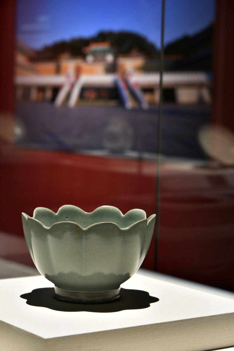 國美館「花之禮讚」展出故宮院藏之北宋汝窯〈青瓷蓮花式溫碗〉將展至於12月10日
