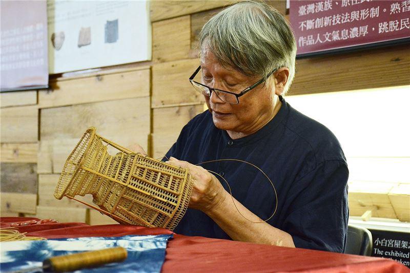 張憲平藝師小露一手竹籐編技法