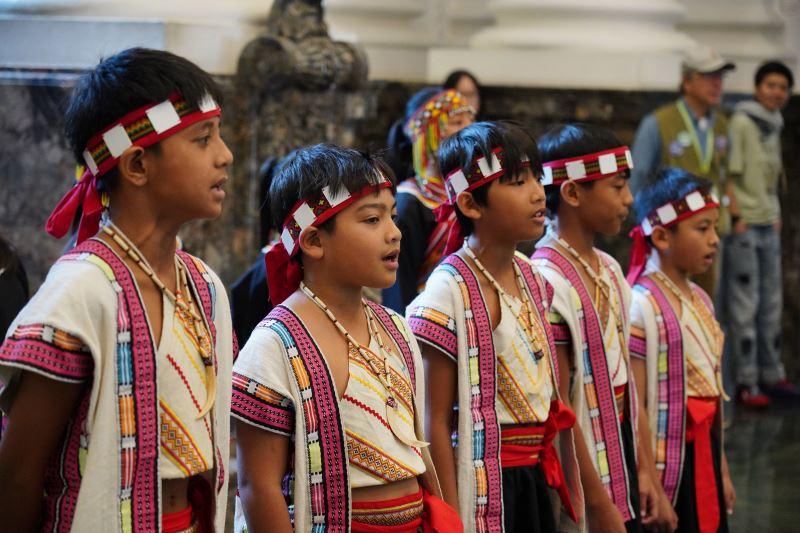 那瑪夏學童在臺博館大廳快閃表演,天籟般的歌聲博得滿堂喝彩