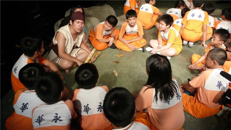 彩虹橋:劇情邀請觀眾戴上頭帶扮演泰雅族人,除了與劇中角色一同唱歌跳舞外,也讓觀眾得以和瓦歷斯、比穗依、巴度、莎韻等孩童角色自由對話,深入去了解其各自不同的想法。