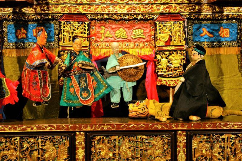 【弘宛然古典布袋戲團】帶來老少咸宜的〈武松打虎〉。