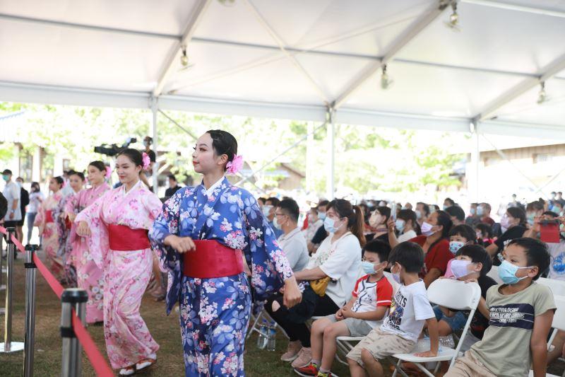 現場與會民眾一同欣賞祈福手舞