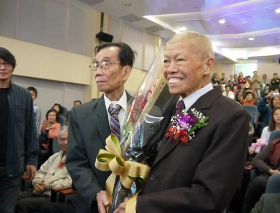 李榮烈老師獻花給黃塗山老師