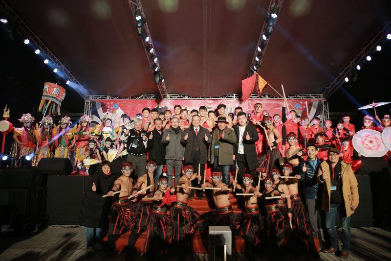 與會貴賓及演出團隊合影,《年味復興‧陣頭狂響》明(2)日晚間7點將在臺灣戲曲中心戶外廣場上演最終場