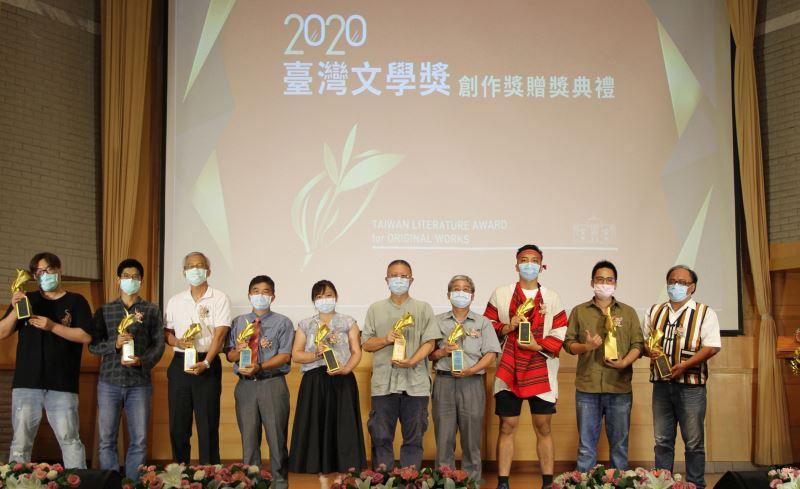 得獎者合影(左起)馮勃棣、杜信龍、陳正雄、林連鍠、傅素春、張㨗明、林彭榮、邱立仁、程廷、陳宏志
