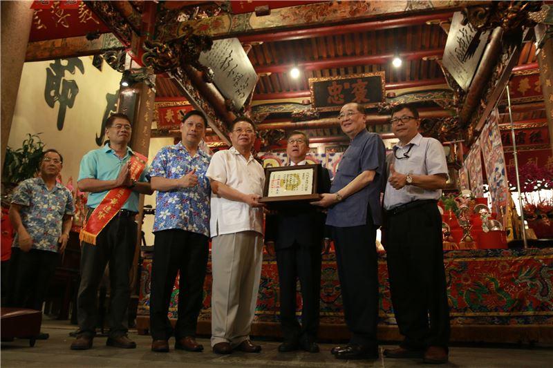 文化部洪孟啟部長親赴褒忠亭義民廟主持隆重授證儀式,並頒發指定證書。