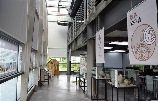 展場位於湖畔教室,觀眾可以映照著湖光欣賞壺光
