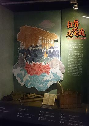 本展覽主視覺,繪出臺江一帶水患民情的意象,包括:扛竹籠厝、祭溪信仰、鎮水劍獅、神榕等等。