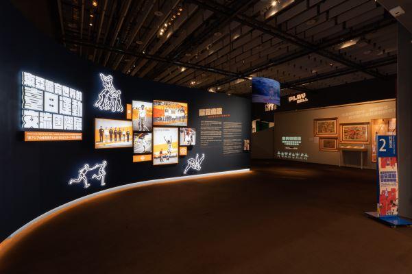 展場入口以不同時期運動員的動態圖像,帶大家了解運動進入臺灣這百多年來的發展軌跡。