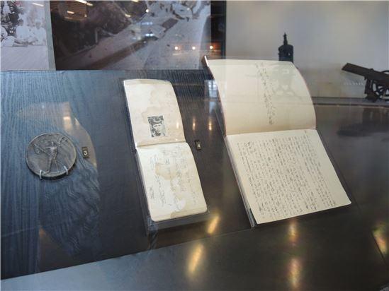 展覽展出1932年張星賢首次參加奧運之紀念章及運動員手札