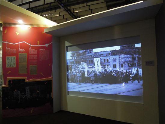 「走近二二八」展場照片,透過影片、報導來呈現當時的社會氛圍。