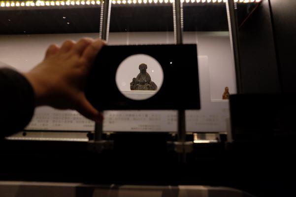移民渡臺時隨身護持小神像,展場也設計了放大鏡裝置,讓觀眾觀察具體而微的神像細節