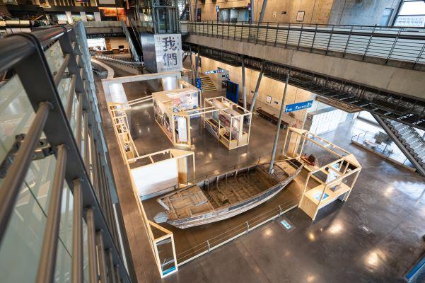 從2樓俯視內海仔的船家寶展,展場以配合建築調性的木框架設計