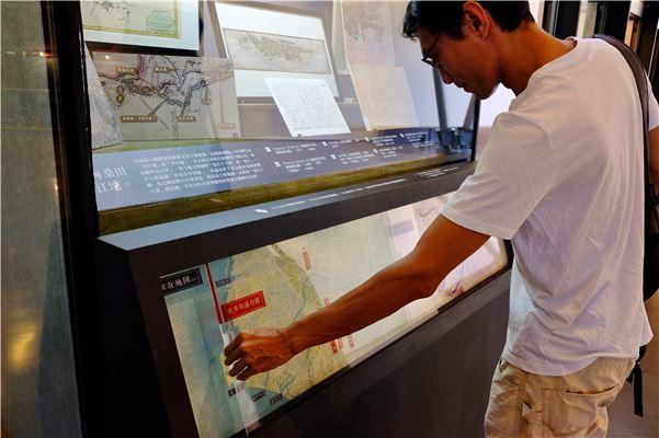 展場以互動手法,讓觀眾移動日本時代臺灣堡圖、展覽相關地名,套疊現在地圖瞭解曾文溪流域變化。
