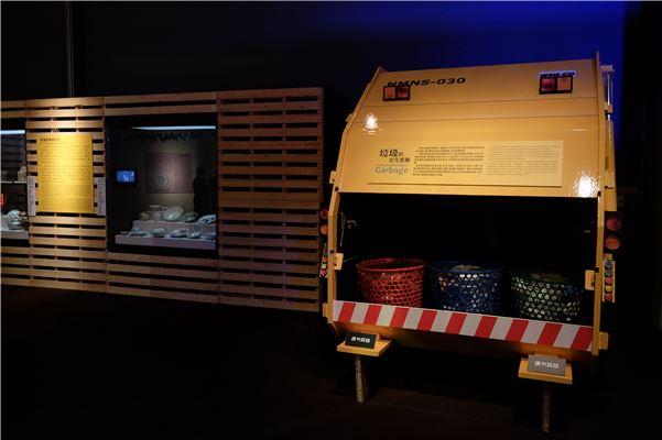 「杯盤狼籍」單元中,以臺史博眾多的館藏飲食器用,說明飲食器具的形制、材質、紋飾所象徵的文化與社會意涵,並藉由食物垃圾車帶出飲食廢棄物與環保衛生的問題。
