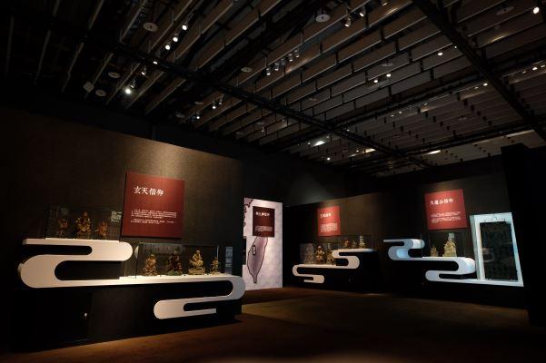 展場以雲朵造型展櫃,介紹移民開墾時期常見的信仰