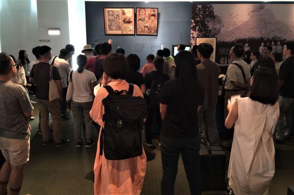 觀眾專注凝聽策展人導覽