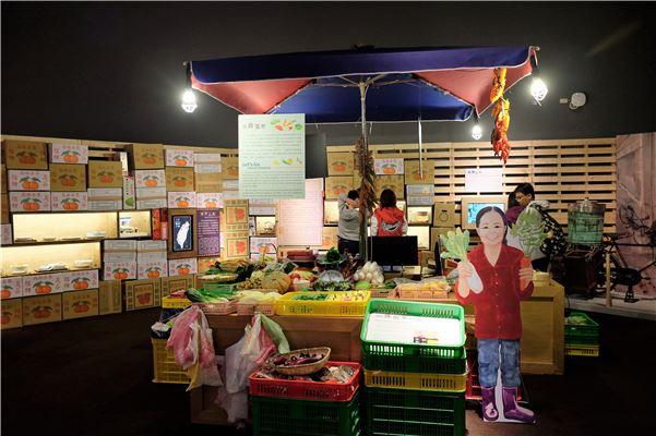 市場,是交換食物、食材的地方。「大社會小市場」結合市場造景、縮尺模型、環境音以及文物、各色天然奇石拼組的石頭菜,介紹如何透過各地市場瞭解各地方社會不同的飲食文化