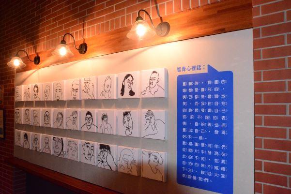 智青自拍後自己畫出心中想對大家呈現的樣子,畫出的角度與構圖特別且有不同的風格。