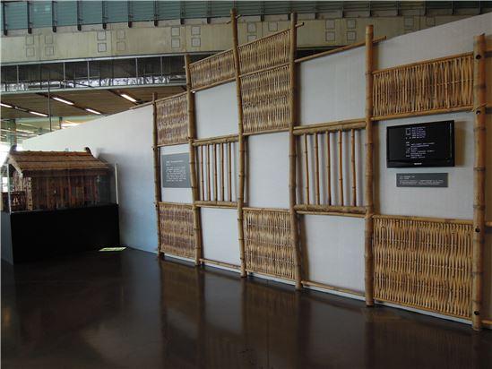 此特展也邀請當地竹籠厝老師傅李養協助製作模型,以及實際大小的竹籠厝屋牆,讓大家一起來感受竹籠厝工藝之美及扛厝的在地故事。