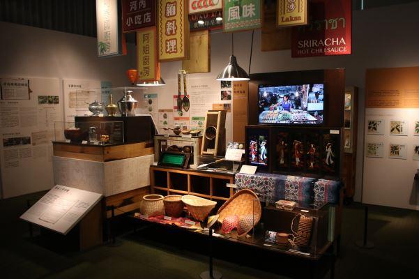 展覽中的各式特色器皿、廚具及擺設,多由在臺東南亞新住民、移工或駐臺辦事處提供展出,搭配影片和訪談故事,讓我們從菜餚的作法與菜餚中難忘懷的家鄉記憶中,更具體地認識東南亞文化