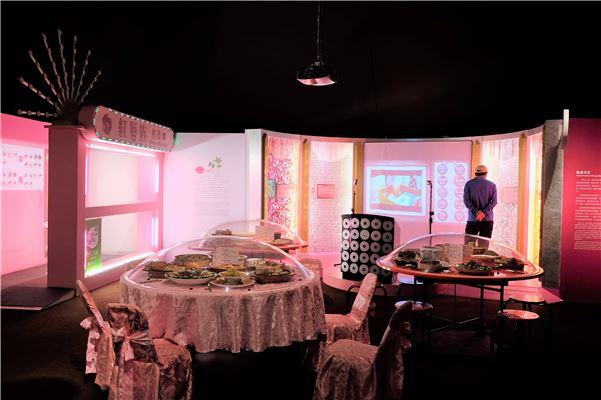 以擬真的辦桌與檳榔攤場景,搭配豐富的石頭菜佳餚,介紹飲食中辦桌文化與檳榔文化。