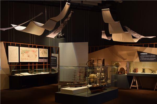 「快速發展的環球世界」展區中展出19世紀前後的科學新發明,以及船隻模型、地圖,搭配影片、互動以說明西方文明在當時的發展與對世界的影響。