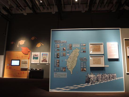 展場藉由實體地圖歸納出日本時代熱門畢業旅行景點,旁邊還有校園記憶庫可供觀眾點選,結合地理定位系統勾勒日本時代的校園生活。